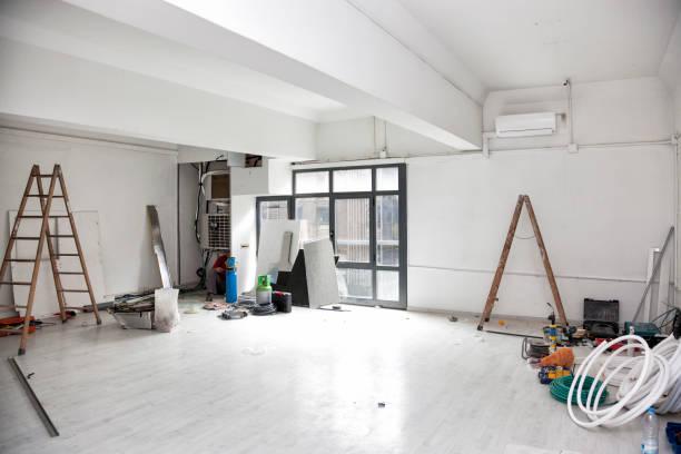 Obras de construção para a renovação de um espaço de escritório e instalação de ar condicionado. - foto de acervo