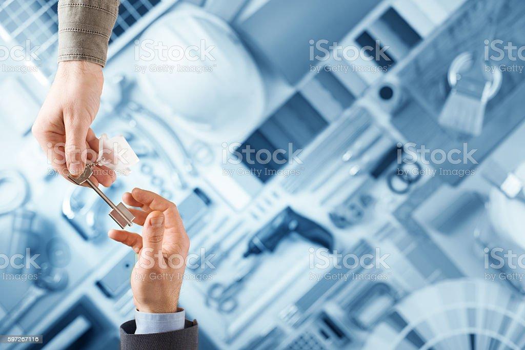 Constructor handing keys to the house owner Lizenzfreies stock-foto