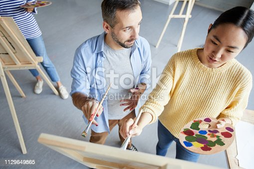 824254912 istock photo Consultation on painting 1129649865