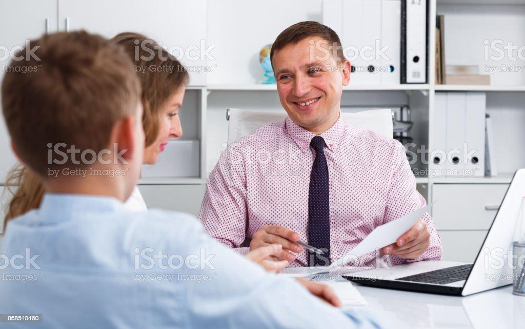 Consulta com o diretor de escola - foto de acervo