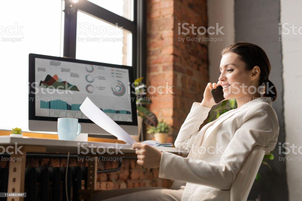 Beratung im Büro - Lizenzfrei Am Telefon Stock-Foto