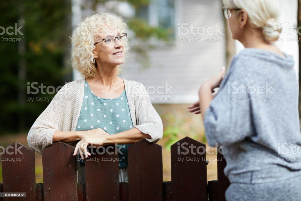 Consulting with neighbour foto stock royalty-free