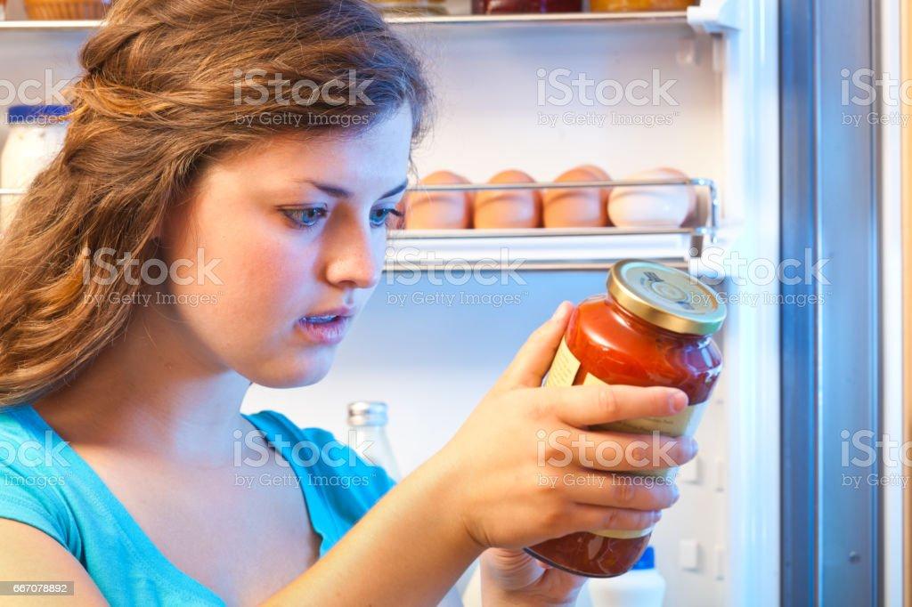 消費者の健康な食事の食品成分ラベルを読む ストックフォト