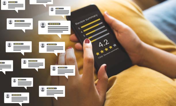 i concetti di recensioni dei consumatori con bolle le persone esaminano commenti e smartphone. valutazione o feedback per la valutazione. - internet foto e immagini stock