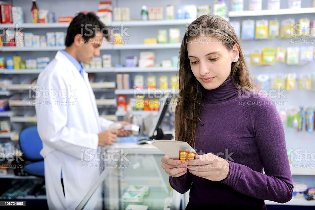 Los consumidores con medicamentos en la farmacia - foto de stock