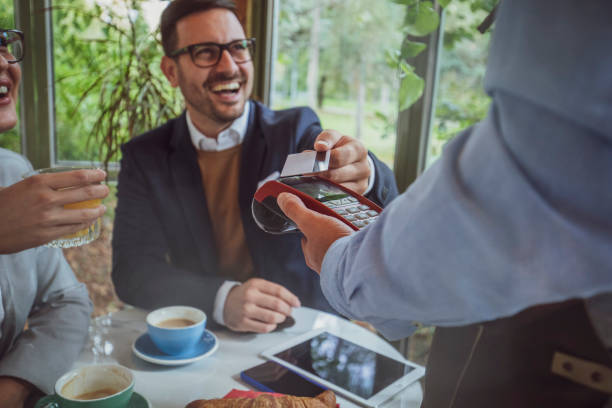 contactless credit card payment - paying with card contactless imagens e fotografias de stock