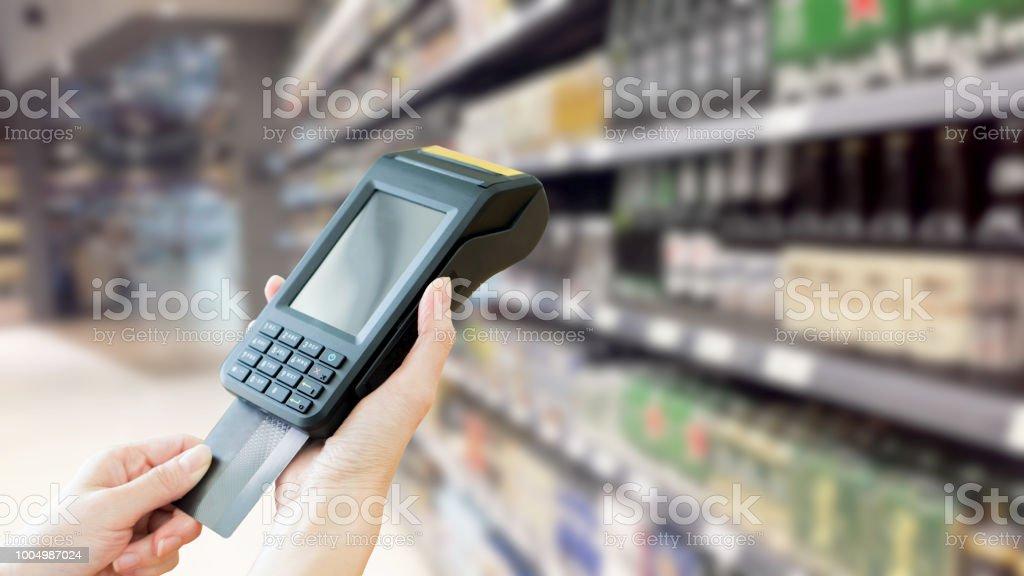 Kontaktlose Kreditkartenzahlung, Supermarkt, – Foto