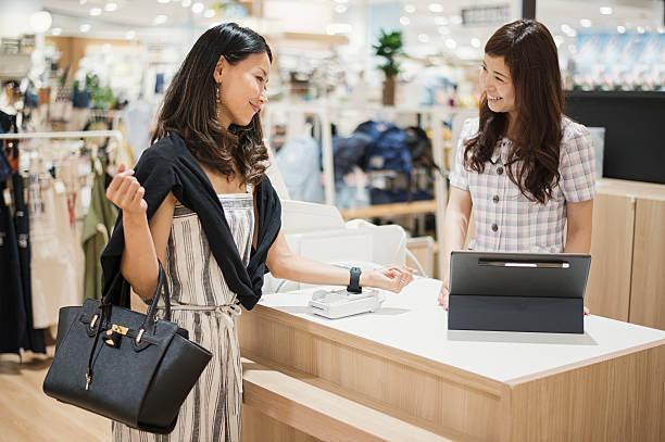 非接触型決済はスーパーマーケット - 小売販売員 ストックフォトと画像