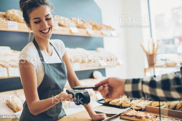 Kontaktloses Bezahlen In Der Bäckerei Stockfoto und mehr Bilder von Arbeiten