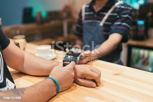 istock Contactless payment 1096101568