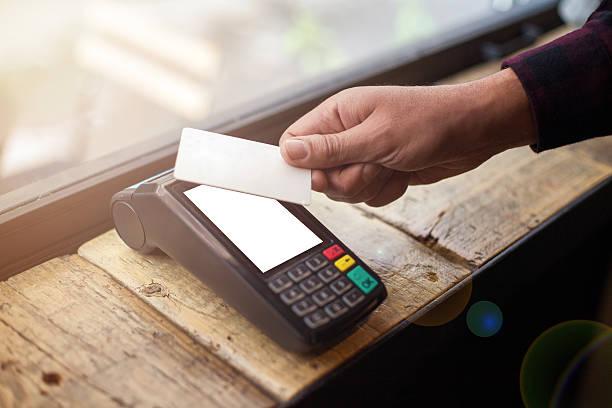 pagamento sem contacto - paying with card contactless imagens e fotografias de stock