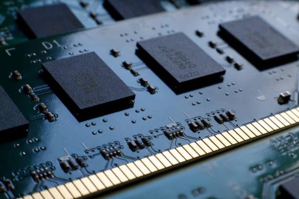 Kontakte, Verbindungsspuren und Mikrochips eines Computers RAM Random Access Memory-Module Nahaufnahme für elektronisches Design. Selektiver Fokus. – Foto