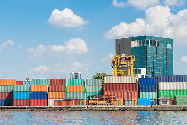 box-Container im Hafen mit blauem Himmel – Foto