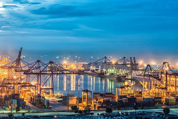 Container Cargo Fracht versenden mit Kran im Hafen Arbeiten Brücke – Foto