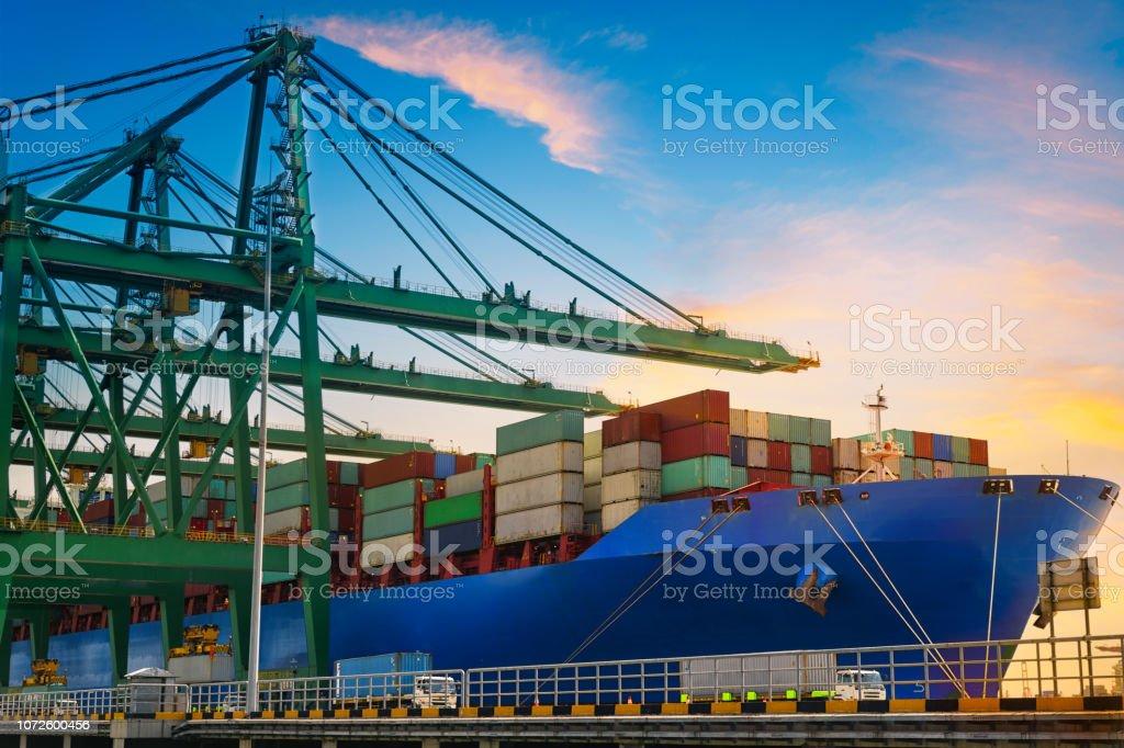 Container Cargo Fracht Versenden mit Kranbrücke in Werft arbeiten – Foto