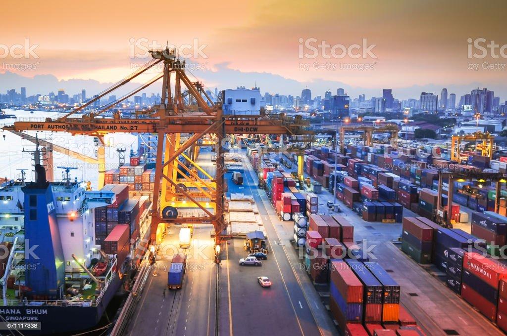 Transporte de carga de contenedores de la nave con puente grúa en el astillero de trabajo - foto de stock