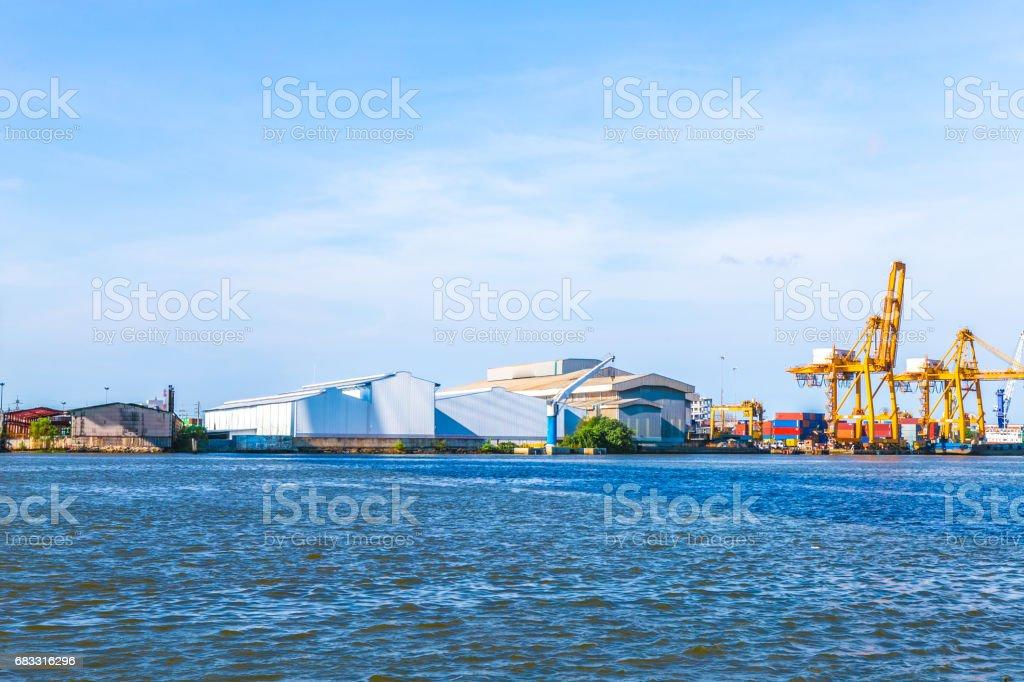 Container-lading vracht geleverd met kraan brug in scheepswerf werken. royalty free stockfoto