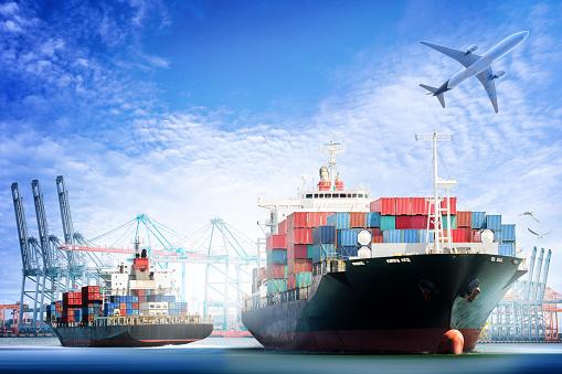 Container Cargo Ship And Cargo Plane With Working Crane Stockfoto und mehr Bilder von Anlegestelle