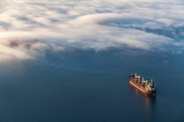container vrachtschip in de engelse baai van vancouver - industrieel schip stockfoto's en -beelden