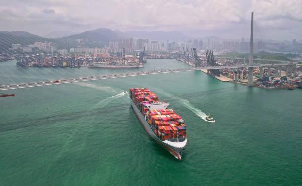 Buque de carga de contenedores en la terminal comercial Puerto,Business logística y transporte industria en Hong Kong,Water transport International - foto de stock