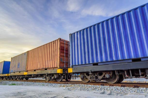 container-güterzug. - schienenverkehr stock-fotos und bilder