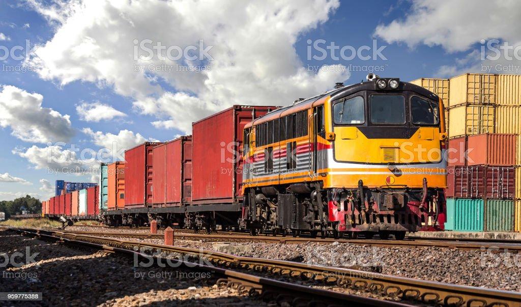 Container-Güterzug mit bewölktem Himmel. - Lizenzfrei Arbeiten Stock-Foto