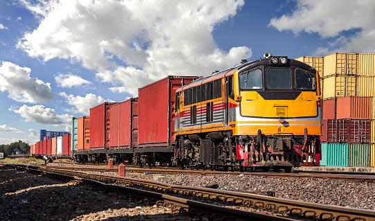 Containergüterzug Mit Bewölktem Himmel Stockfoto und mehr Bilder von Arbeiten