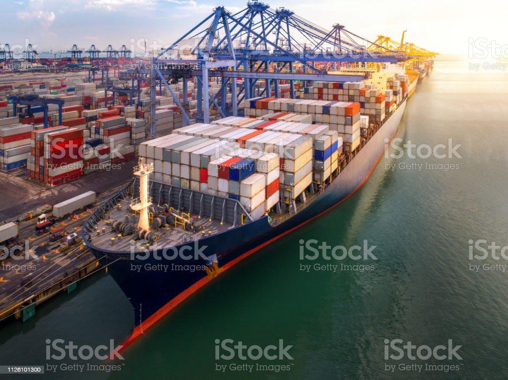 컨테이너 항과 컨테이너 선박 교통 - 로열티 프리 0명 스톡 사진