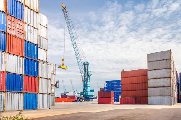 container haven met kraan, rotterdam, holland - haven stockfoto's en -beelden