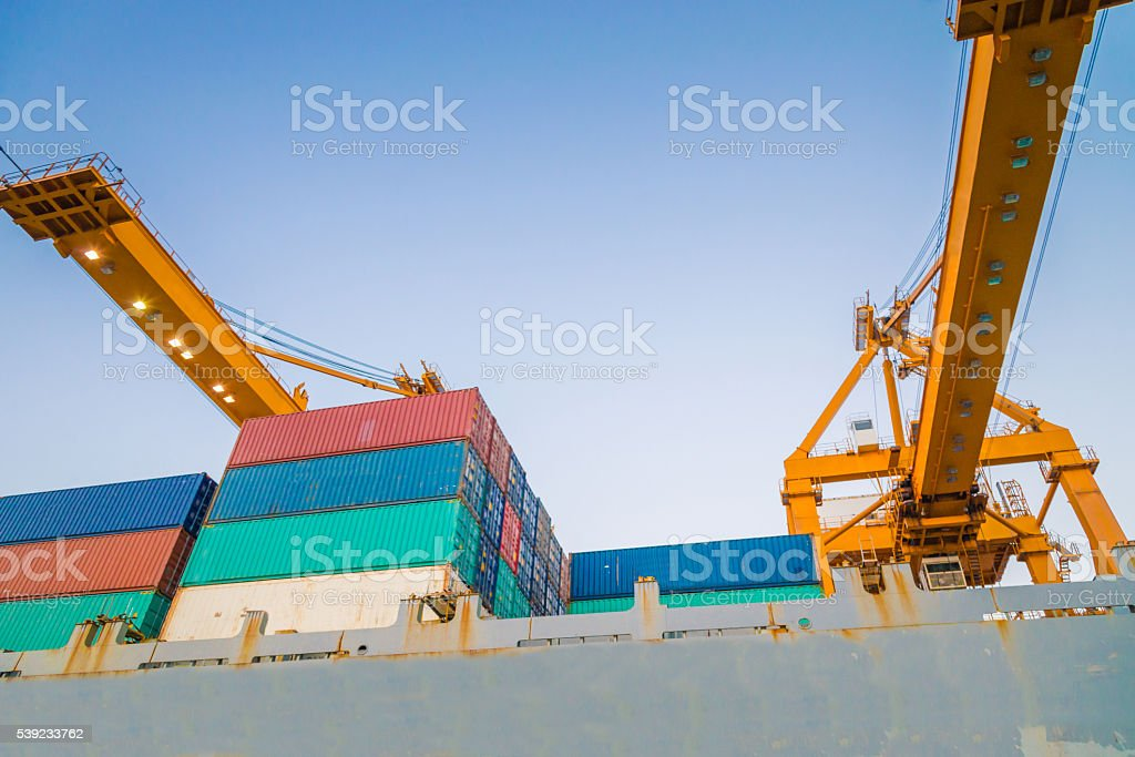 Buque de carga en el puerto de carga y logística en Asia, foto de stock libre de derechos