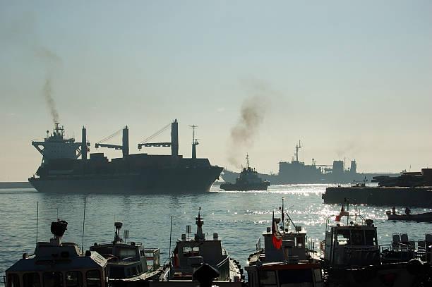 Frachtschiff Ankunft am Hafen – Foto