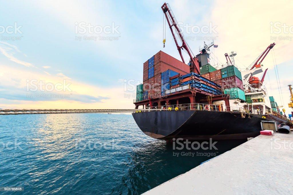 nave de envase recipiente comercial junto a puerto para carga y descarga de servicios de contenedores en transporte marítimo en logística amplia mundo - foto de stock