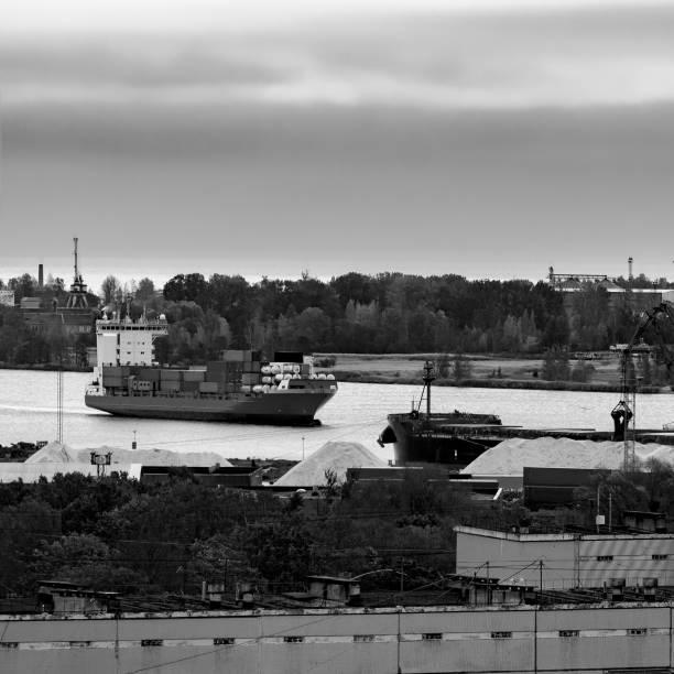 container ship entering port of riga - großes 1x1 stock-fotos und bilder
