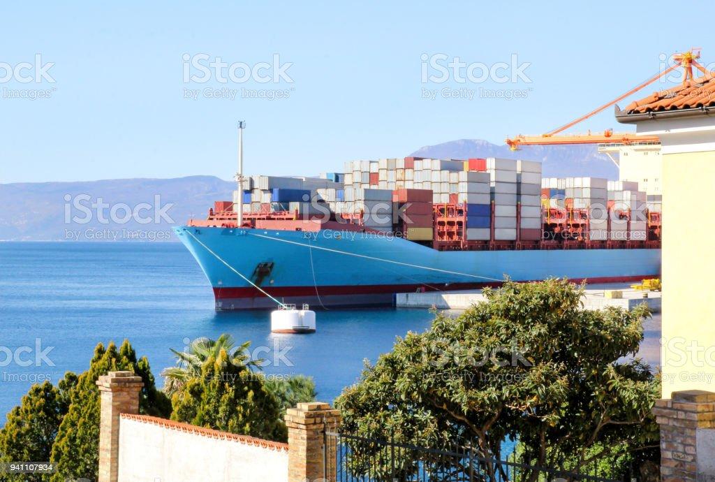 Navio porta-contentores para transporte de mercadorias com recipientes para a praia em Porto Porto de navio no horizonte / transporte por mar e mercadorias da carga descarga conceito de transporte e logística de processo / negócio. - foto de acervo