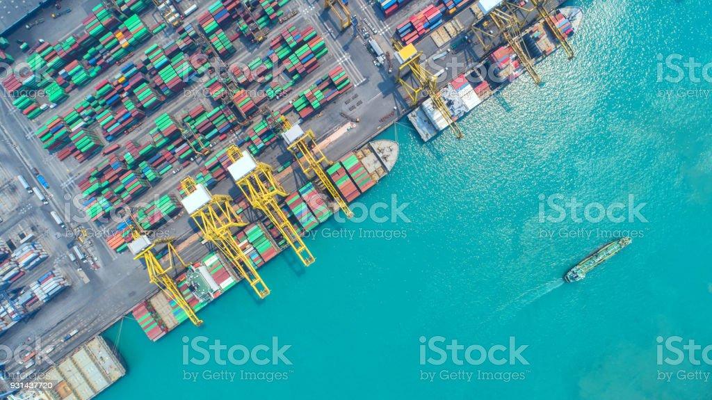 Nave de envase de exportación y negocios de importación y logística. Envío de carga a puerto con una grúa. Transporte internacional del agua. Vista aérea - foto de stock