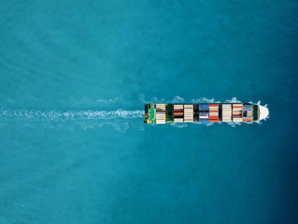 navio de recipiente na exportação e na importação. transporte internacional de carga. - recipiente - fotografias e filmes do acervo
