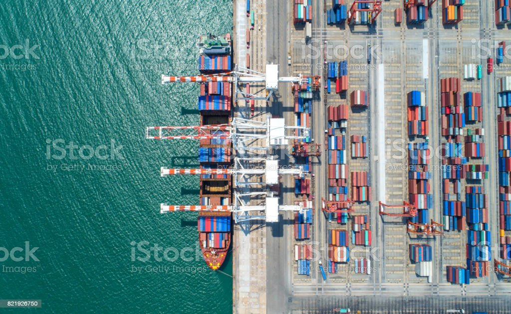 barco de contenedores en la importación exportación y logística de negocios - foto de stock