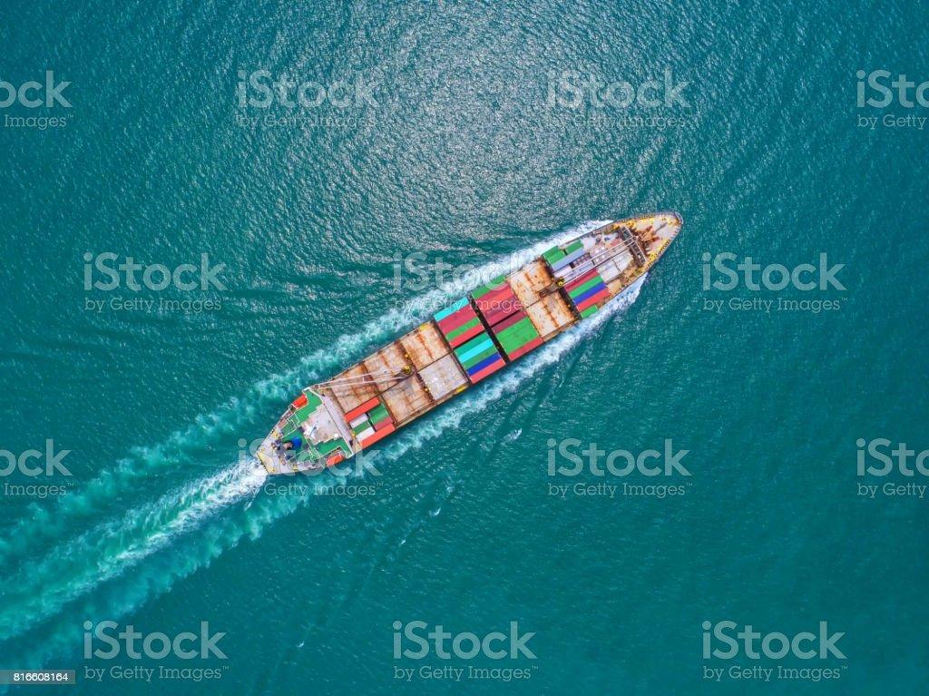 nave de envase en importación exportación y logística. Por grúa, puerto comercial, transporte marítimo, para puerto, vista aérea, vista superior. - foto de stock