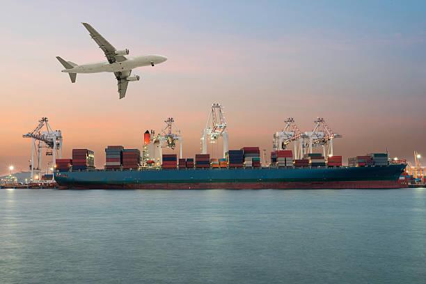 Buque de carga en el puerto de importación y exportación de luz de la mañana - foto de stock