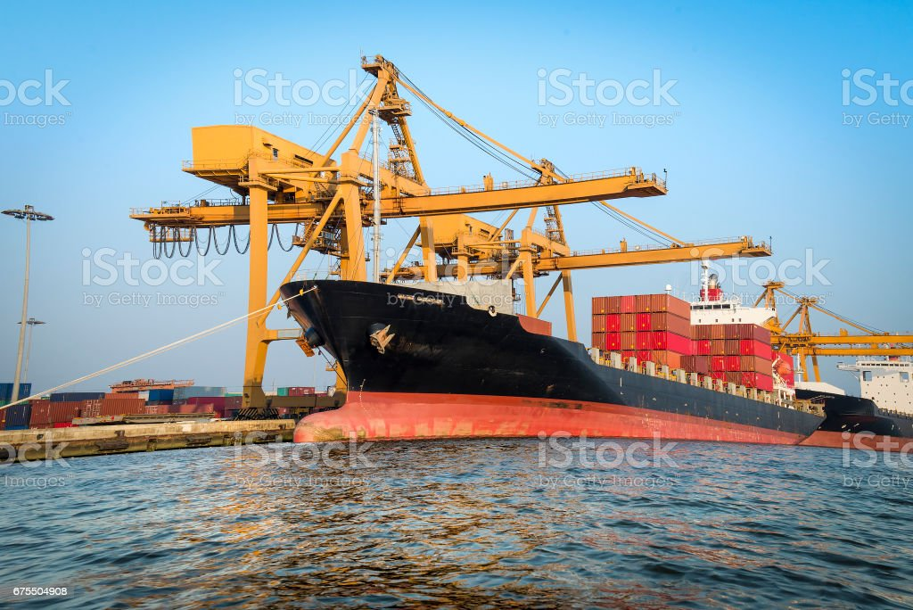 Container ship in port for import and export business. photo libre de droits