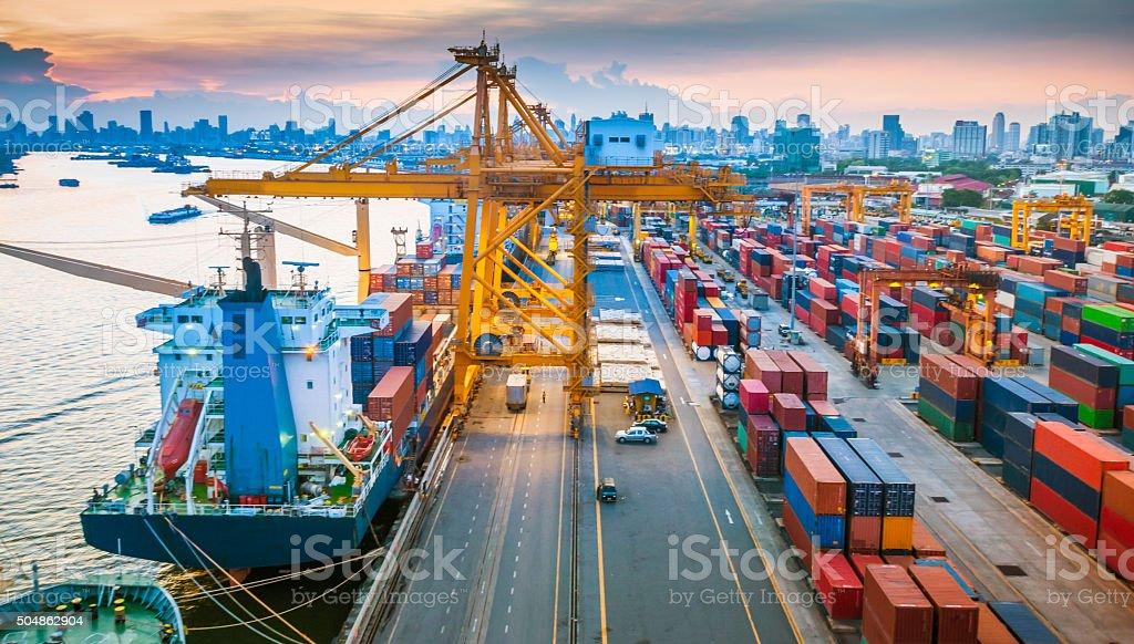 수거용기 선박에 잔점박이 아시아, - 로열티 프리 건설 기계류 스톡 사진