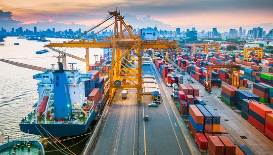 수거용기 선박에 잔점박이 아시아 건설 기계류에 대한 스톡 사진 및 기타 이미지