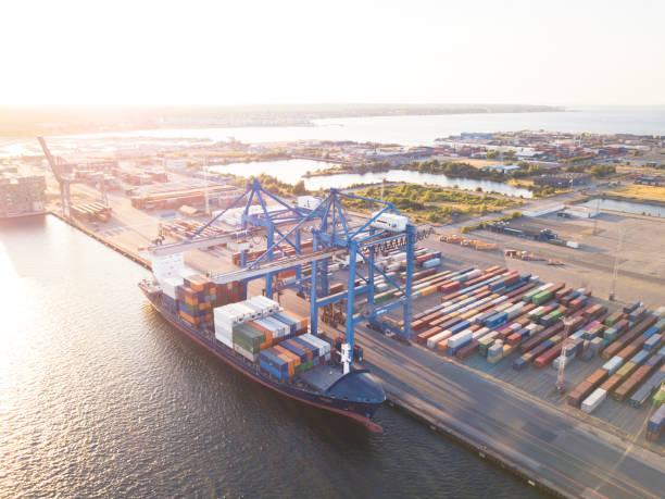 containerfartyg med lastcontainrar - drone copenhagen bildbanksfoton och bilder