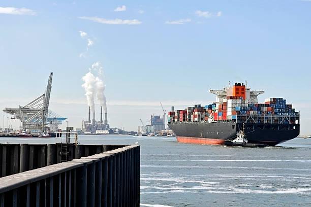 Contenitore nave con centraggio barca - foto stock