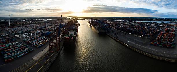 container-schiffe und containern im hafen hamburg, deutschland - reifen hamburg stock-fotos und bilder