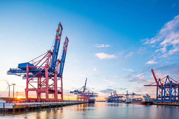 container terminal in hamburg harbour. - haven stockfoto's en -beelden