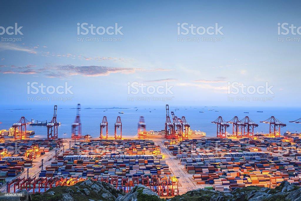 container-terminal in der Dämmerung – Foto