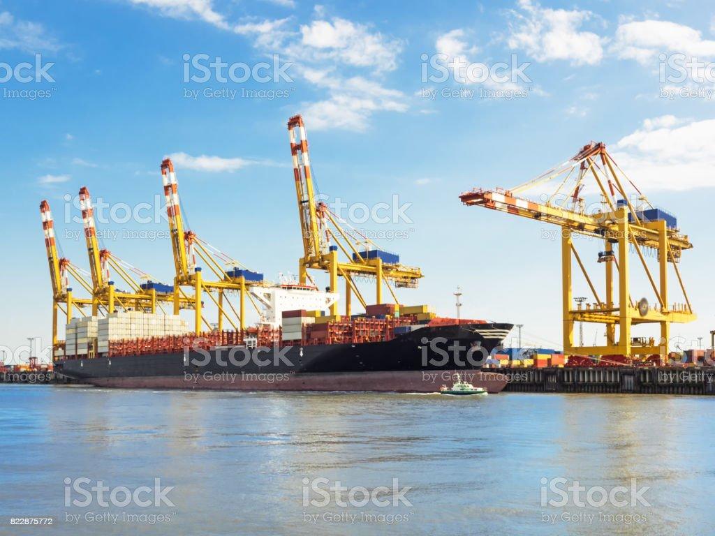 Container-Terminal der Hafen von Bremerhaven mit Containerschiff – Foto