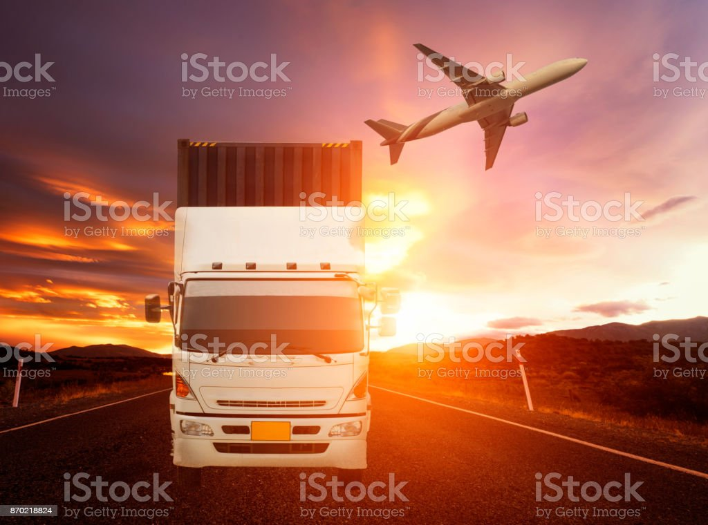 avion de cargo camion et transport de conteneur vole au-dessus de - Photo