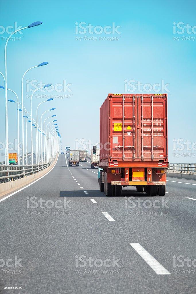 container Lkw auf der Brücke – Foto